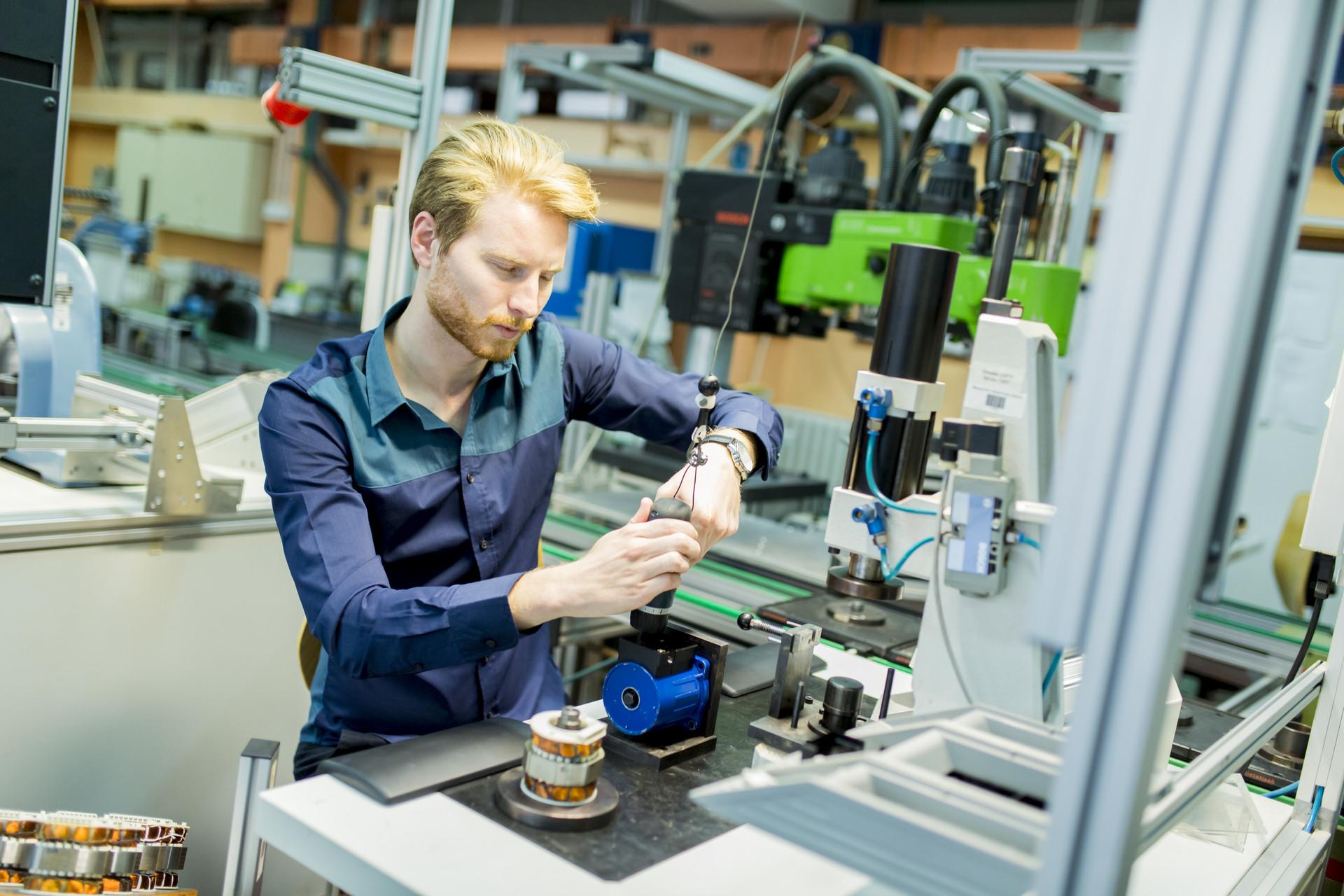 occupazione giovanile in fabbrica
